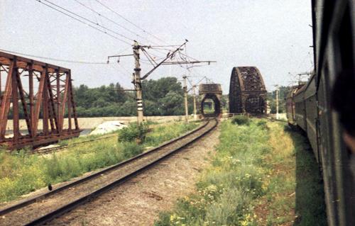 Подготовка к замене Отрожских мостов. На фото слева новая металлическая конструкция (1989 год)