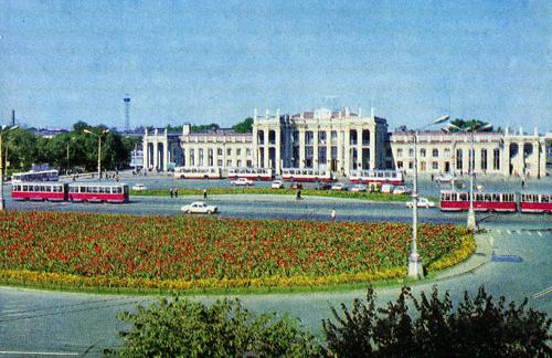 Здание воронежского вокзала (1975 год). Памятник Ленину уже убрали
