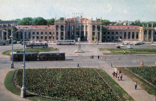Здание воронежского вокзала (1973 год). Памятник Ленину еще стоит