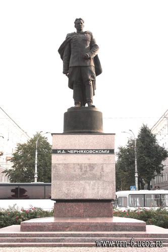 Воронеж. Памятник И.Д. Черняховскому на привокзальной площади (2015 год)