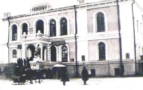 Административное здание Ю.В.ж.д. приспособленное под вокзал